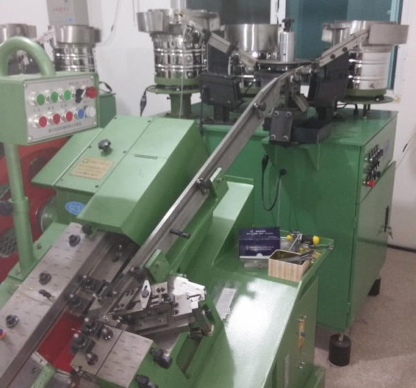 Screw washer automatic assembly machine for thread rolling machine structure